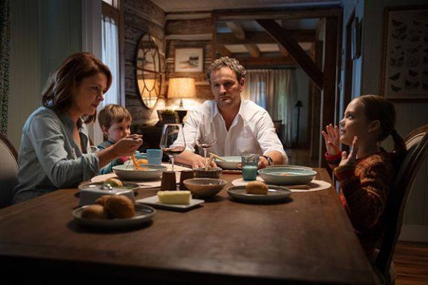 Jason Clarke, as Dr. Louis Creed and his wife, Rachel (Amy Seimetz) having dinner with their children in the movie, Pet Sematary